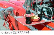 Купить «Ретронапиток кока-кола на красном подносе. Выставка ретроавтомобилей, Лас-Вегас, США, 2016», видеоролик № 22777474, снято 15 апреля 2016 г. (c) FMRU / Фотобанк Лори