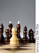 Купить «Белая пешка среди чёрных шахматных фигур», фото № 22784754, снято 31 января 2016 г. (c) Рамиль Гибадуллин / Фотобанк Лори