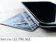 Кредитная карта и смартфон на столе (2016 год). Редакционное фото, фотограф Рамиль Гибадуллин / Фотобанк Лори