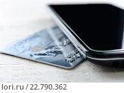 Купить «Кредитная карта и смартфон на столе», фото № 22790362, снято 9 марта 2016 г. (c) Рамиль Гибадуллин / Фотобанк Лори