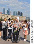 Купить «День Победы. Пожилая женщина - ветеран войны в инвалидной коляске в парке Победы с букетом цветов от благодарных москвичей», фото № 22790990, снято 9 мая 2016 г. (c) Валерия Попова / Фотобанк Лори