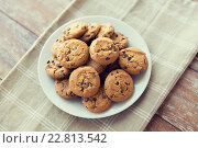 Купить «close up of chocolate oatmeal cookies on plate», фото № 22813542, снято 22 мая 2015 г. (c) Syda Productions / Фотобанк Лори