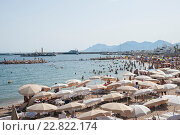 Купить «Франция, Канны. Люди на пляже возле Дворца фестивалей», фото № 22822174, снято 6 августа 2013 г. (c) Olesya Tseytlin / Фотобанк Лори