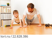 Купить «Отец учить сына делать отжимания», фото № 22828386, снято 3 апреля 2016 г. (c) Сергей Новиков / Фотобанк Лори