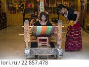 Купить «Китайские девушки ткут коврик на старом ткацком станке в центре города Яншо в Гуанси-Чжуанском автономном районе Китая», фото № 22857478, снято 14 мая 2013 г. (c) Николай Винокуров / Фотобанк Лори