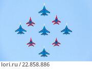 Купить «Самолёты Су-27 м МиГ-29 в полёте, празднование Дня Победы в Москве», фото № 22858886, снято 9 мая 2016 г. (c) Mikhail Starodubov / Фотобанк Лори