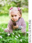 Маленькая девочка сидит в зеленой траве. Стоковое фото, фотограф Dmytro Kohut / Фотобанк Лори