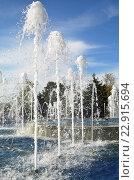 Купить «Струи фонтана, высоко бьющие вверх», фото № 22915694, снято 30 апреля 2016 г. (c) Елена Александрова / Фотобанк Лори