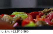 Купить «Stewed vegetable mix in the pan», видеоролик № 22916866, снято 19 марта 2016 г. (c) Данил Руденко / Фотобанк Лори