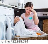 Купить «Upset housewife cannot wash stains», фото № 22928394, снято 20 сентября 2018 г. (c) Яков Филимонов / Фотобанк Лори