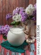 Купить «Домашний йогурт в стеклянной банке и цветущая сирень на столе», фото № 22938954, снято 20 мая 2016 г. (c) Гульсинэ / Фотобанк Лори