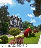 Купить «Ландшафтный дизайн набережной на фоне стильного отеля, курорт Геленджик.», фото № 22940910, снято 25 июня 2019 г. (c) Игорь Архипов / Фотобанк Лори
