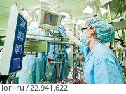 Купить «Surgery assistant perfusionist at modern heart lung machine», фото № 22941622, снято 3 мая 2016 г. (c) Дмитрий Калиновский / Фотобанк Лори