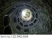 Мистический колодец, символизирует круги ада, находится в усадьбе Кинта да Регалейра, фото № 22942034, снято 28 мая 2012 г. (c) Irina Opachevsky / Фотобанк Лори