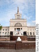 Купить «Хоровод на площади города Волгограда», фото № 22959870, снято 1 мая 2016 г. (c) Владимир Гуторов / Фотобанк Лори