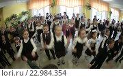 Утренняя зарядка в начальной школе, ученики в холле (2016 год). Редакционное видео, видеограф Кекяляйнен Андрей / Фотобанк Лори