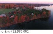 Купить «Берег лесного озера, освещенный лучами рассветного солнца, вид сверху», видеоролик № 22986002, снято 10 мая 2016 г. (c) Кекяляйнен Андрей / Фотобанк Лори