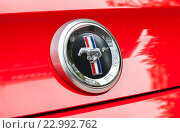 Купить «Эмблема автомобиля Ford Mustang крупным планом», фото № 22992762, снято 21 мая 2016 г. (c) FotograFF / Фотобанк Лори