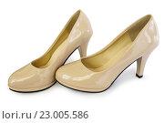 Купить «Женские туфли бежевые на белом фоне», фото № 23005586, снято 28 мая 2016 г. (c) Александр Романов / Фотобанк Лори