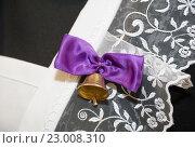 Купить «Бантик с колокольчиком на фартуке выпускницы школы», фото № 23008310, снято 20 мая 2016 г. (c) Алёшина Оксана / Фотобанк Лори
