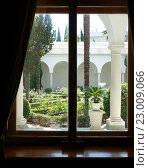 Ливадийский дворец. Окно во внутренний двор. Редакционное фото, фотограф Михаил Карташов / Фотобанк Лори