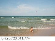Купить «Мальчик сидит на берегу моря», фото № 23011774, снято 21 мая 2016 г. (c) Tamara Sushko / Фотобанк Лори