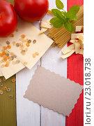 Купить «Паста, помидоры, открытка  и листья базилика на деревянных досках цветов флага Италии», фото № 23018738, снято 6 июля 2015 г. (c) Olesya Tseytlin / Фотобанк Лори