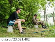 Купить «Мужчины ловят рыбу на пруду», эксклюзивное фото № 23021482, снято 27 мая 2016 г. (c) Игорь Низов / Фотобанк Лори