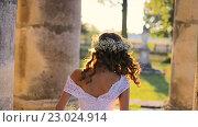Купить «Красивая девушка ходит по дворцу», видеоролик № 23024914, снято 29 мая 2016 г. (c) Vitalii Popov / Фотобанк Лори