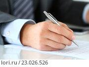 Купить «Бизнесмен подписывает договор», фото № 23026526, снято 6 апреля 2016 г. (c) Людмила Дутко / Фотобанк Лори