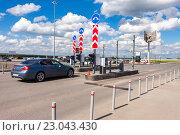 Купить «Самара. Пропускной пункт на территорию терминала международного аэропорта Курумоч», фото № 23043430, снято 22 мая 2016 г. (c) FotograFF / Фотобанк Лори