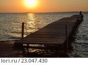 Закат над морским заливом и люди на причале. Стоковое фото, фотограф Михаил Бессмертный / Фотобанк Лори