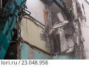 Купить «Манипулятор экскаватора рушит перекрытия старого пятиэтажного здания в спальном районе города Москвы летом», фото № 23048958, снято 6 июня 2016 г. (c) Николай Винокуров / Фотобанк Лори