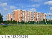 Купить «Семнадцатиэтажные панельные жилые дома серии П-44Т. Аллея Жемчуговой, 5 корпуса 3, 4, 5. Район Вешняки. Москва», эксклюзивное фото № 23049326, снято 3 августа 2015 г. (c) lana1501 / Фотобанк Лори