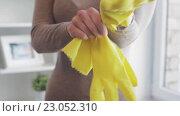 Купить «woman putting on rubber gloves for housework», видеоролик № 23052310, снято 17 апреля 2016 г. (c) Syda Productions / Фотобанк Лори