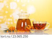 Ягоды облепихи и чай в стеклянной чашке. Стоковое фото, фотограф Сергей Молодиков / Фотобанк Лори