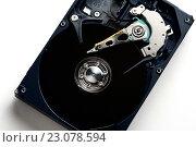 Купить «Механизм компьютерного жесткого диска», фото № 23078594, снято 9 июня 2016 г. (c) Стивен Жингель / Фотобанк Лори