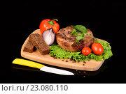Купить «Стейк на деревянной доске с овощами», фото № 23080110, снято 19 декабря 2015 г. (c) Стивен Жингель / Фотобанк Лори