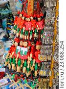 Продажа сувениров на улице в Пизе, Италия (2015 год). Редакционное фото, фотограф Николай Кокарев / Фотобанк Лори