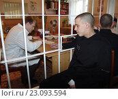 Купить «Заключенный тюрьмы на приеме у тюремного врача», фото № 23093594, снято 16 декабря 2005 г. (c) Виктор Золотухин / Фотобанк Лори