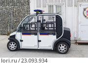 Купить «Баку, маленький полицейский автомобиль», фото № 23093934, снято 10 февраля 2016 г. (c) Татьяна Юни / Фотобанк Лори
