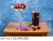 Натюрморт с вишней и вишнёвым соком. Still-life with cherries and cherry juice. Стоковое фото, фотограф Олег Безруков / Фотобанк Лори