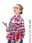 Веселая молодая девушка в очках с сотовым телефоном. Стоковое фото, фотограф Евгений Пидеркин / Фотобанк Лори