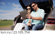 Купить «happy couple with tablet pc at hatchback car trunk 25», видеоролик № 23105754, снято 15 июня 2016 г. (c) Syda Productions / Фотобанк Лори