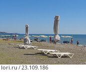 Купить «Люди отдыхают на пляже, белые зонтики и качели у моря, курорт Хоста, Сочи», фото № 23109186, снято 11 июня 2016 г. (c) DiS / Фотобанк Лори