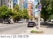 """Самара. Дорожный знак """"Остановка запрещена"""" и камера видеонаблюдения и фотофиксации на городской улице в летний солнечный день, фото № 23109578, снято 12 июня 2016 г. (c) FotograFF / Фотобанк Лори"""