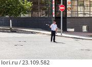 Самара. Офицер ГАИ регулирует движение на городской улице с помощью жезла, фото № 23109582, снято 12 июня 2016 г. (c) FotograFF / Фотобанк Лори