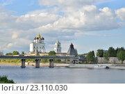 Купить «Вид на реку Великая, Ольгинский мост и Троицкий Собор», фото № 23110030, снято 17 мая 2016 г. (c) Максим Мицун / Фотобанк Лори