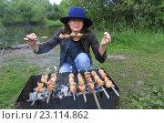 Купить «Женщина с шашлыком на природе», эксклюзивное фото № 23114862, снято 17 июня 2016 г. (c) Яна Королёва / Фотобанк Лори