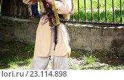 Купить «Вооруженный человек в парке», видеоролик № 23114898, снято 23 мая 2016 г. (c) Яков Чешихин / Фотобанк Лори